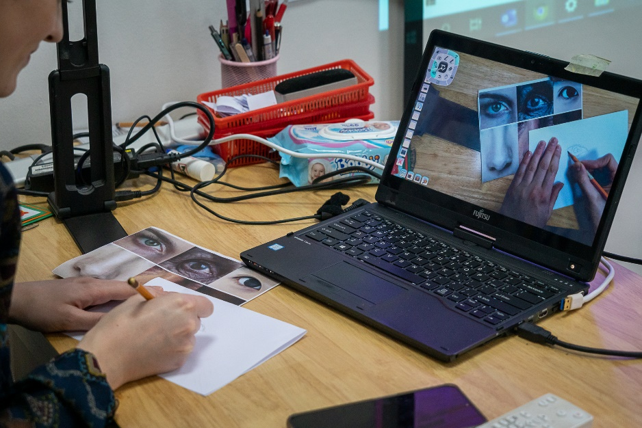 An interactive art lesson by Eibhlin Goppert, an art teacher at BIS Hanoi. Photo: BIS