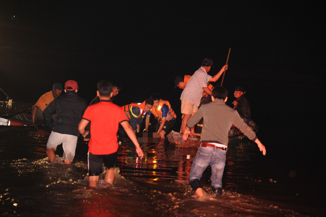 Rescuers carry ashore the body of the last victim in a wherry accident along the Vu Gia River in Quang Nam Province, Vietnam on the night of February 25, 2020. Photo: Le Trung / Tuoi Tre