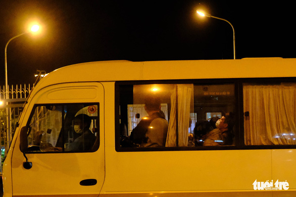 A bus carries 20 South Korean visitors to Da Nang International Airport, located in the central Vietnamese city of Da Nang, to have them sent home as a precaution against the spread of the COVID-19 epidemic, February 25, 2020. Photo: Tan Luc / Tuoi Tre