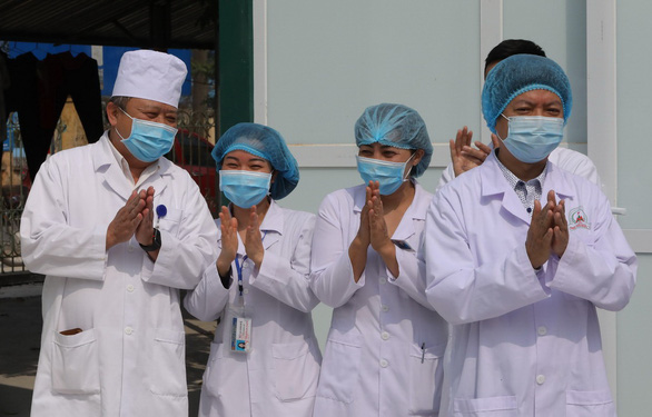 Doctors applause Nguyen Van Vinh, the last patient being treated for COVID-19 in Vietnam, upon his discharge from the Quang Ha General Medical Clinic in Vinh Phuc Province, February 26, 2020. Photo: Viet Dung / Tuoi Tre