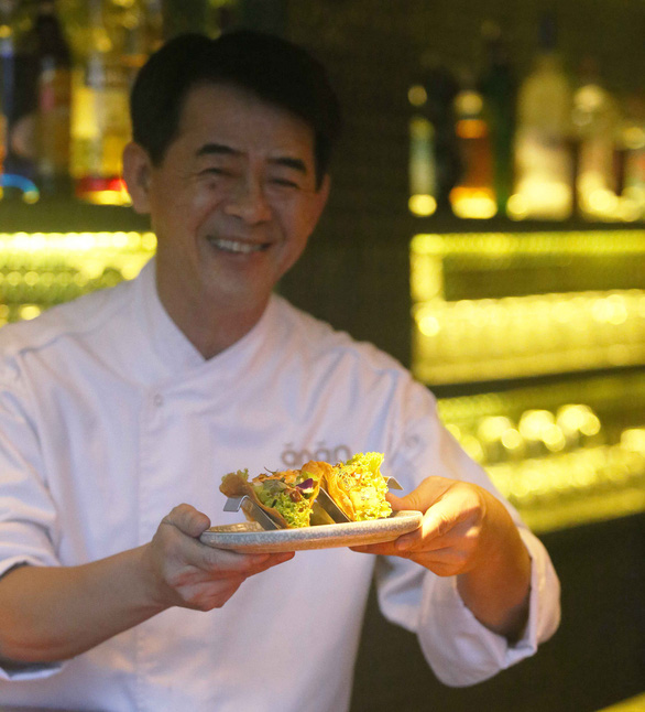 Chef Peter Cuong Franklin and his signature banh xeo tacos. Photo: Tuoi Tre/Gia Tien