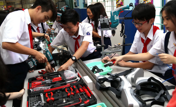 Hanoi, Saigon undecided as education ministry asks schools to reopen in March