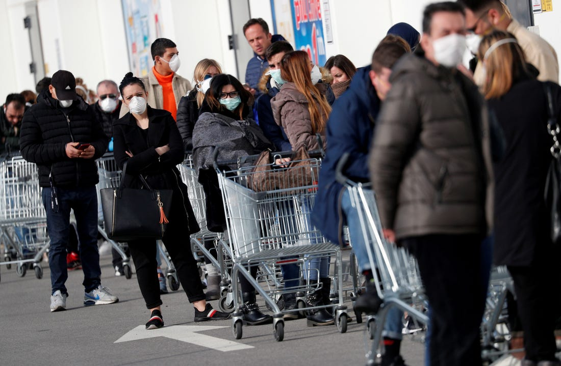 People queue at a supermarket outside the town of Casalpusterlengo, which has been closed by the Italian government due to a coronavirus outbreak in northern Italy, February 23, 2020. Photo: Reuters