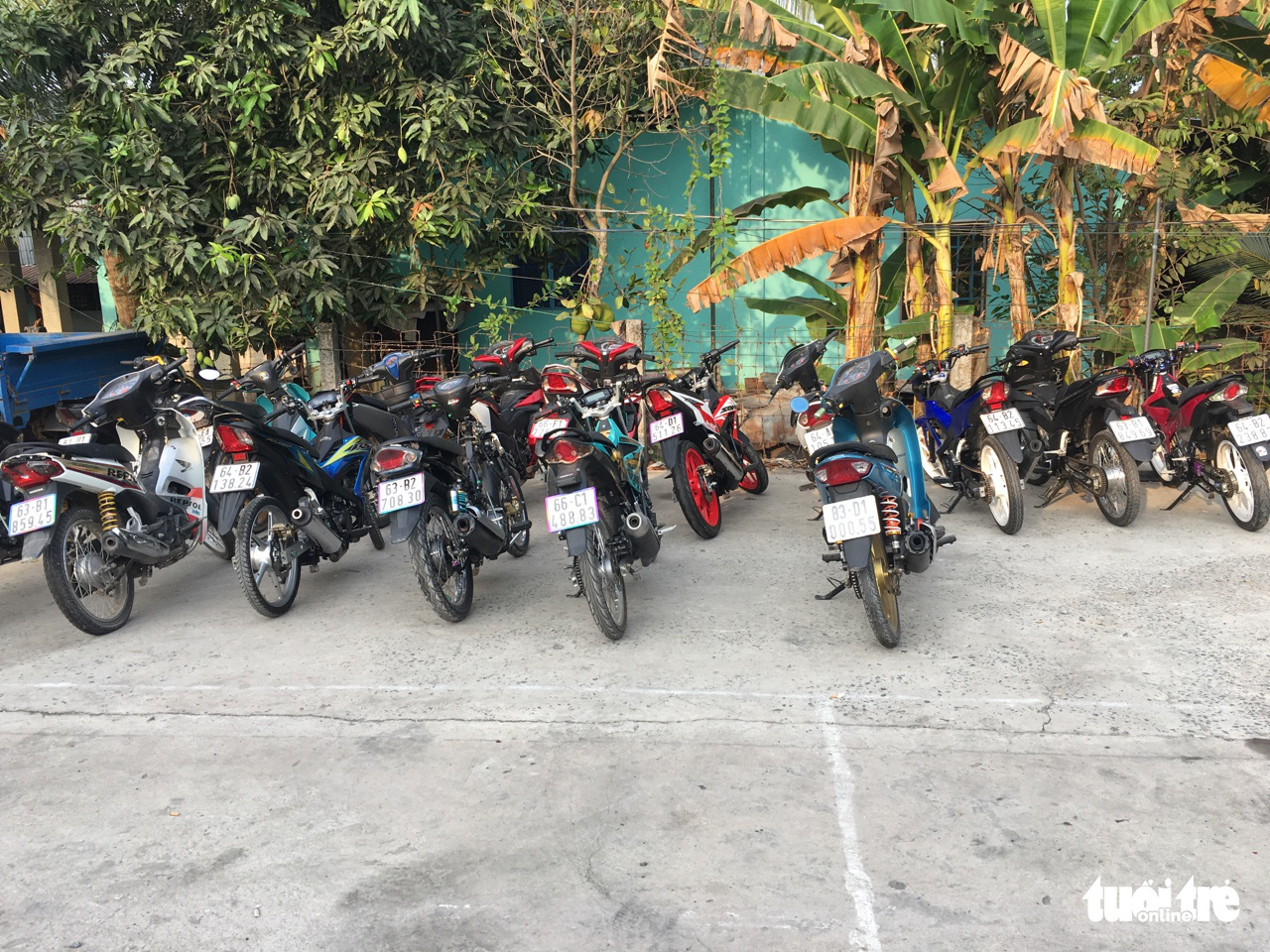 The street racers' motorbikes are confiscated by police officers. Photo: H. T. / Tuoi Tre