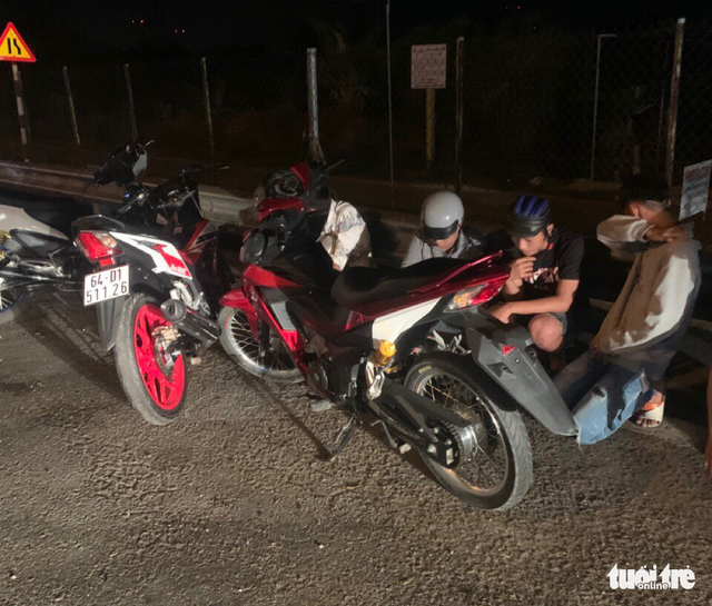 The street racers are captured on National Highway 1 in Tien Giang Province on March 2, 2020. Photo: H. T. / Tuoi Tre