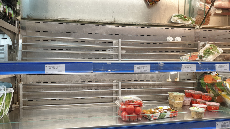 A shelf was almost emptied at a Co.opmart supermarket in Phu Nhuan District, Ho Chi Minh City, on March 1, 2020. Photo: Bong Mai / Tuoi Tre