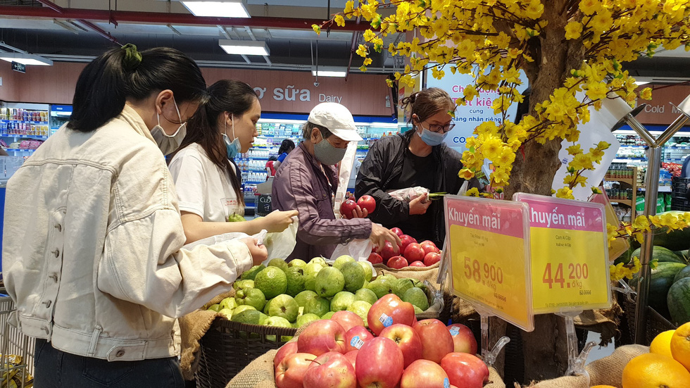 People wear face masks as they shop for discounted fruits at a Co.opmart supermarket in Ho Chi Minh City on March 1, 2020. Photo: Bong Mai / Tuoi Tre