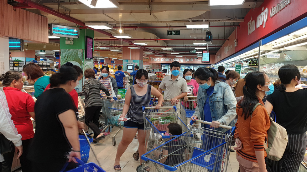 Ho Chi Minh City shoppers cram supermarkets over discounted foods