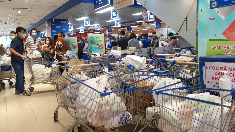 Shopping trolleys are filled with bags of goods at a Co.opmart supermarket in Phu Nhuan District, Ho Chi Minh City, on March 1, 2020. Photo: Bong Mai / Tuoi Tre