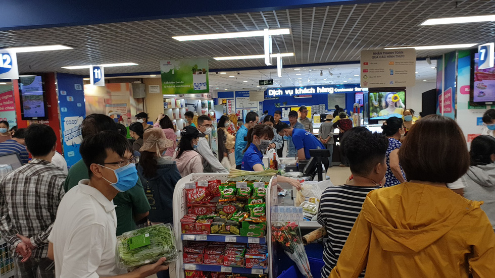 People wear face masks while shopping at a crowded Co.opmart supermarket in Phu Nhuan District, Ho Chi Minh City, on March 1, 2020. Photo: Bong Mai / Tuoi Tre
