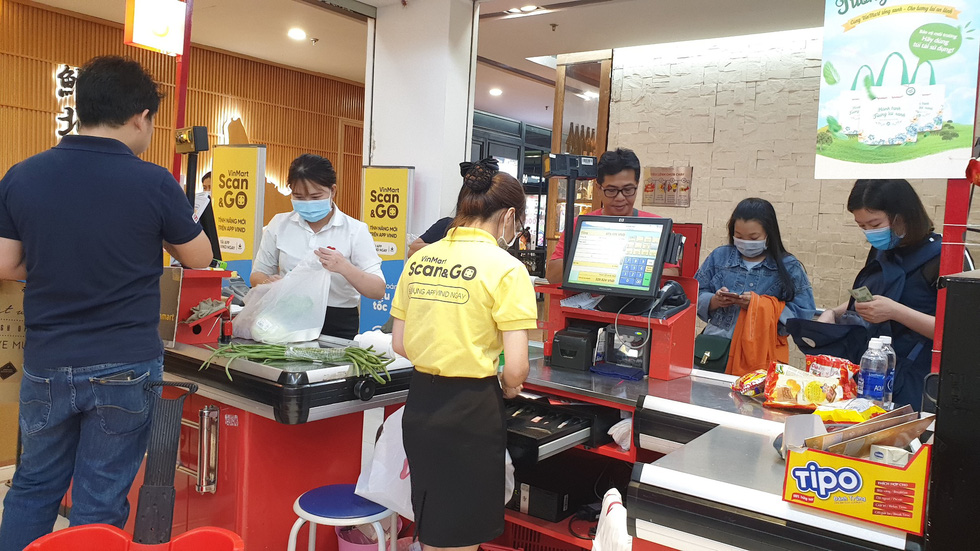 People make purchases at a Vinmart supermarket in District 1, Ho Chi Minh City, on March 1, 2020. Photo: Bong Mai / Tuoi Tre