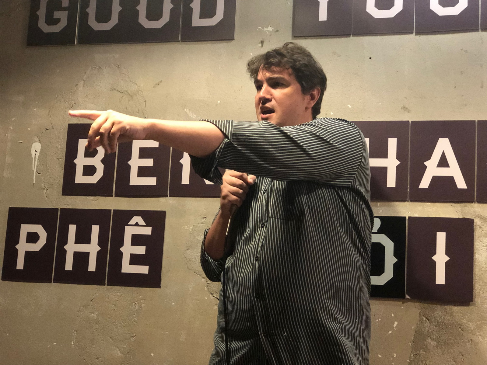 American spreads love for stand-up comedy in Vietnam