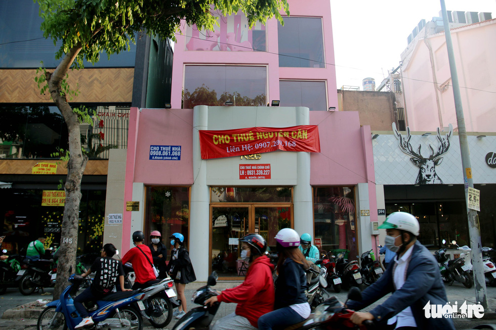 A banner advertising the leasing of retail space is hung outside a building where a Taiwanese bubble tea store once operated on Phan Xich Long Street in Phu Nhuan District, Ho Chi Minh City. Photo: Ngoc Hien / Tuoi Tre