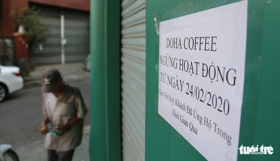 A paper is posted outside a Doha coffee shop on Phan Xich Long Street announcing the store's shutdown in Phu Nhuan District, Ho Chi Minh City. Photo: Ngoc Hien / Tuoi Tre