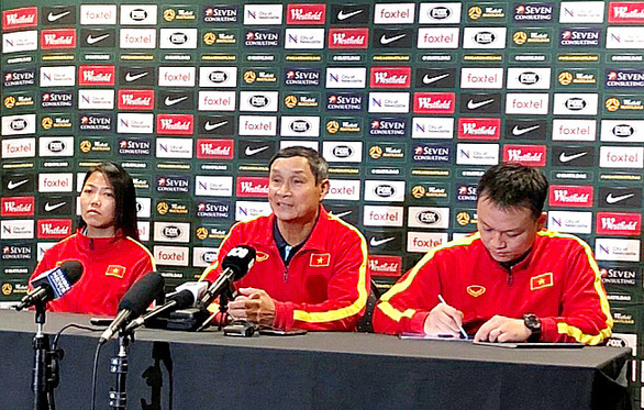 Mai Duc Chung (C), the head coach of the Vietnamese women's national football team, speaks at a press conference in Newcastle City, Australia, March 5, 2020. Photo: Vietnam Football Federation
