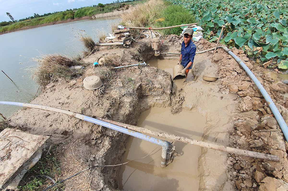 Wells are being drilled to supply freshwater for residents in Soc Trang Province, Vietnam. Photo: Chi Quoc / Tuoi Tre