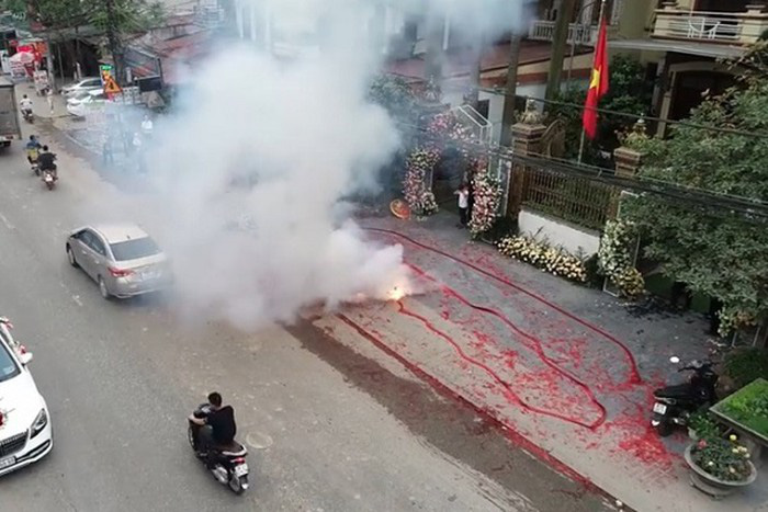 The noise and smoke from the firecrackers drew serious attention for neighbors. Photo: Facebook Nguyen Van Son Trung