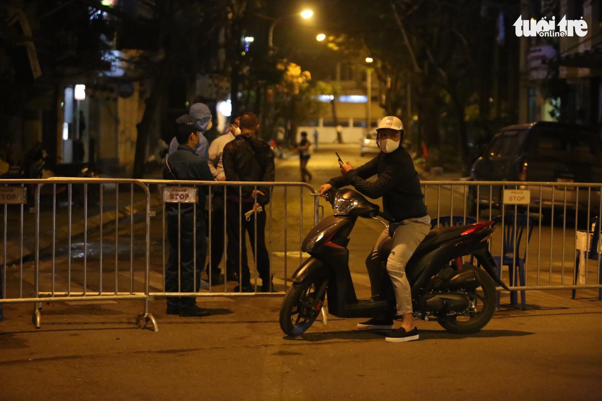 Police fence off a street in Hanoi, March 6, 2020. Photo: Chi Tue / Tuoi Tre