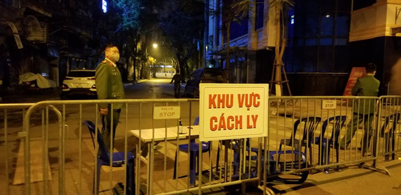 Authorities fence off Truc Bach Street in Ba Dinh District, Hanoi, after a Vietnamese woman living on the street was confirmed with the new coronavirus disease (COVID-19) infection on March 6, 2020. Photo: Ha Thanh / Tuoi Tre