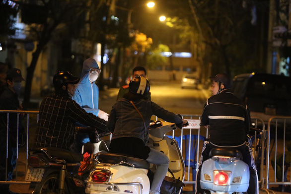 The Truc Bach neighborhood in Hanoi has been quarantined as patient No. 17 lives there. Photo: Chi Tue / Tuoi Tre