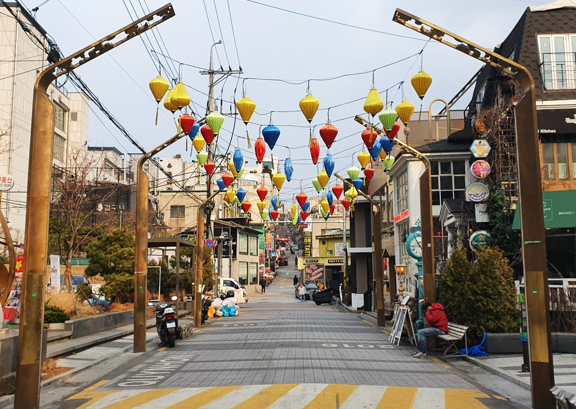 Quy Nhon Street in Itaewon is decorated with lanterns and wall graffiti, which are jointly designed by Yongsan District and Quy Nhon City. The creation of the graffiti wall was supported by the Vietnamese students' council at Sookmyung Women's University, multicultural families, and resident volunteers. The road was inaugurated in 2016 and highlights reconciliation efforts between South Korea and Quy Nhon, where ROK troops committed wartime crimes. Photo: Le Dung / Tuoi Tre