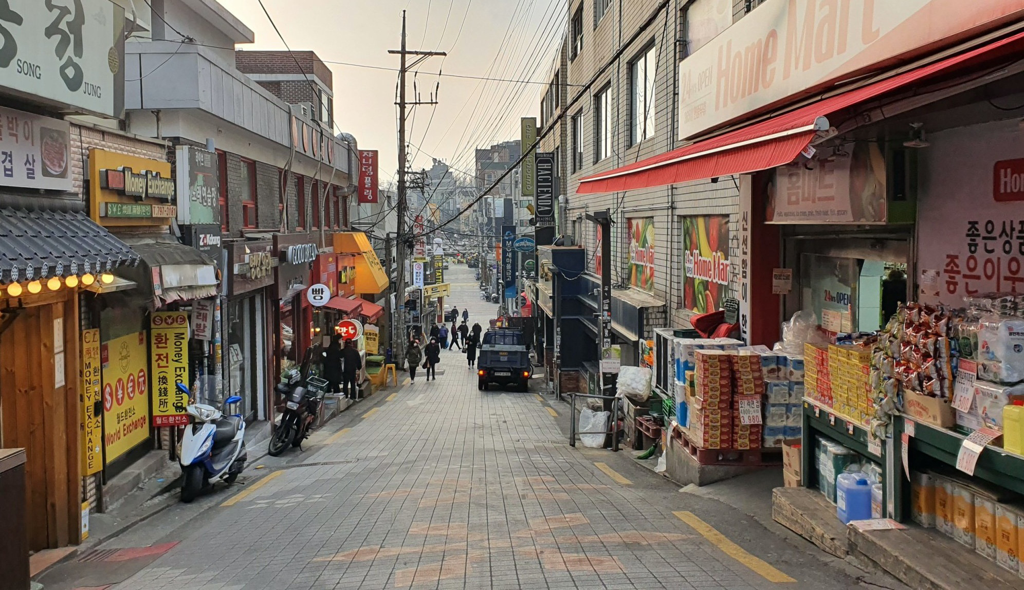 A street full of diverse shops in Itaewo, Saeoul. Photo: Le Dung / Tuoi Tre