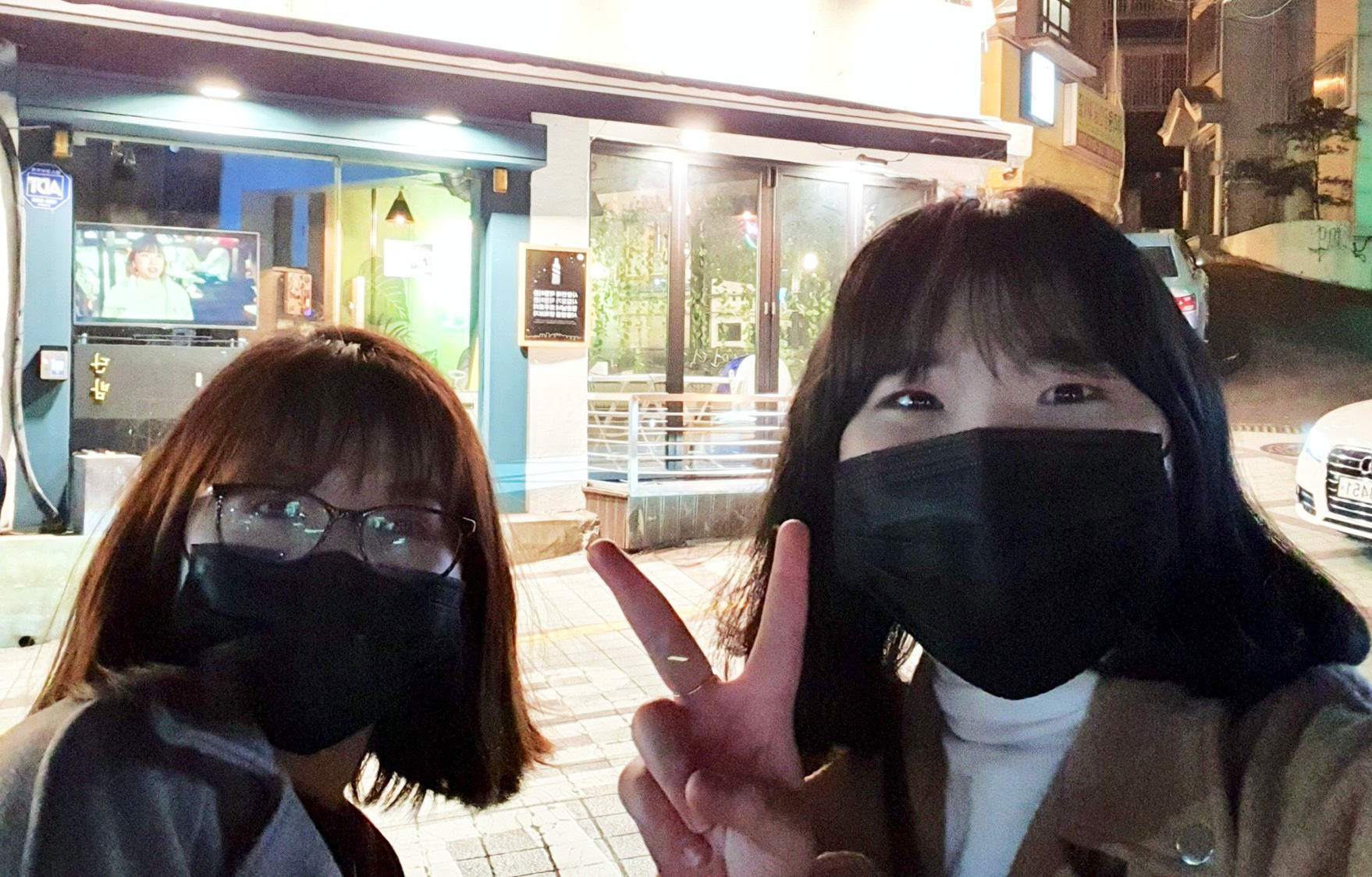 Le Dung (right) and Ngoc Anh (left), two Vietnamese international students, take a 'we-fie' outside the DanBam bar-restaurant in Itaewon Ward, Yongsan District, Seoul, South Korea. Photo: Le Dung / Tuoi Tre