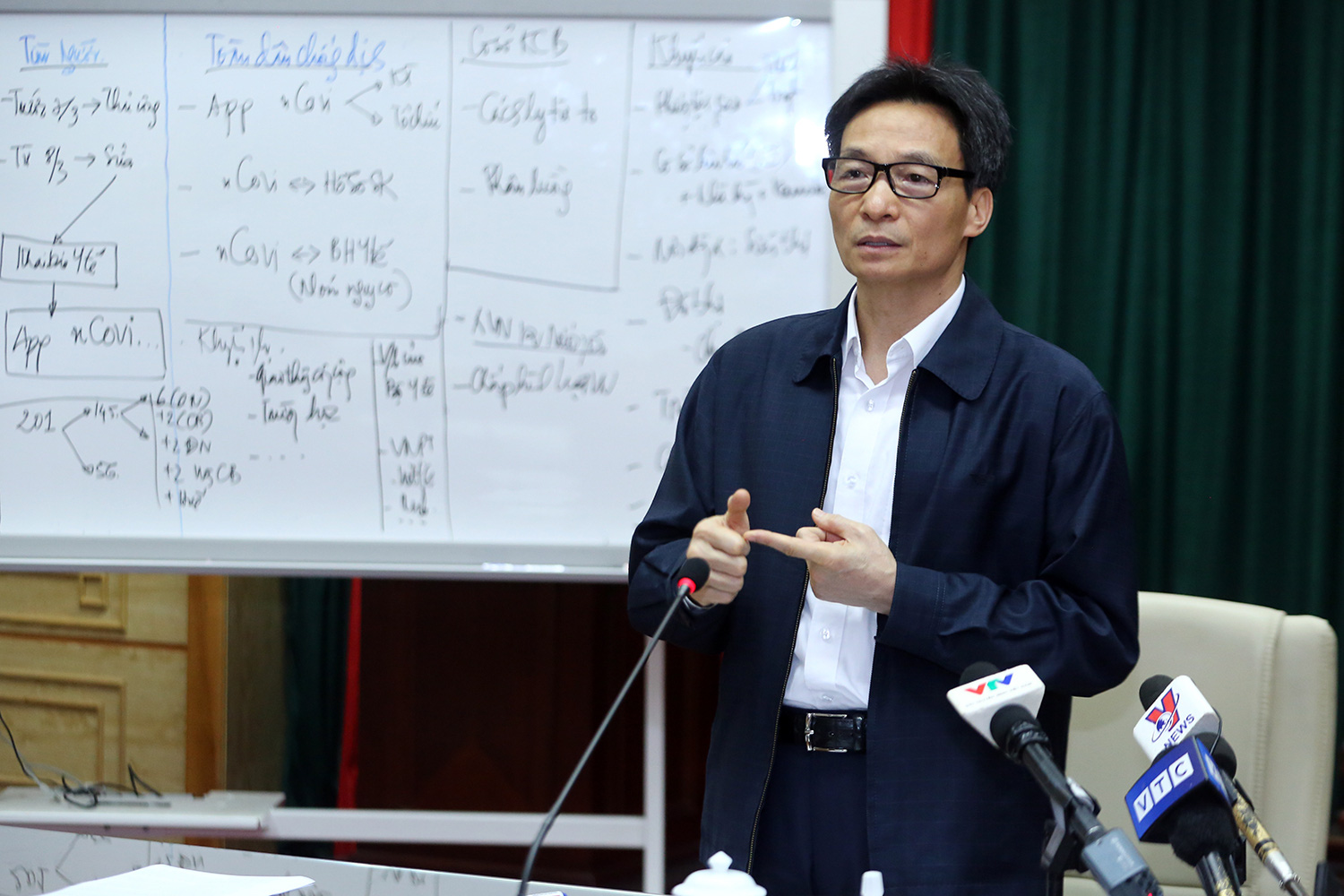 Vietnamese Deputy Prime Minister Vu Duc Dam speaks at a meeting on COVID-19 fighting and prevention in Hanoi, March 8, 2020. Photo: Vietnamese Government