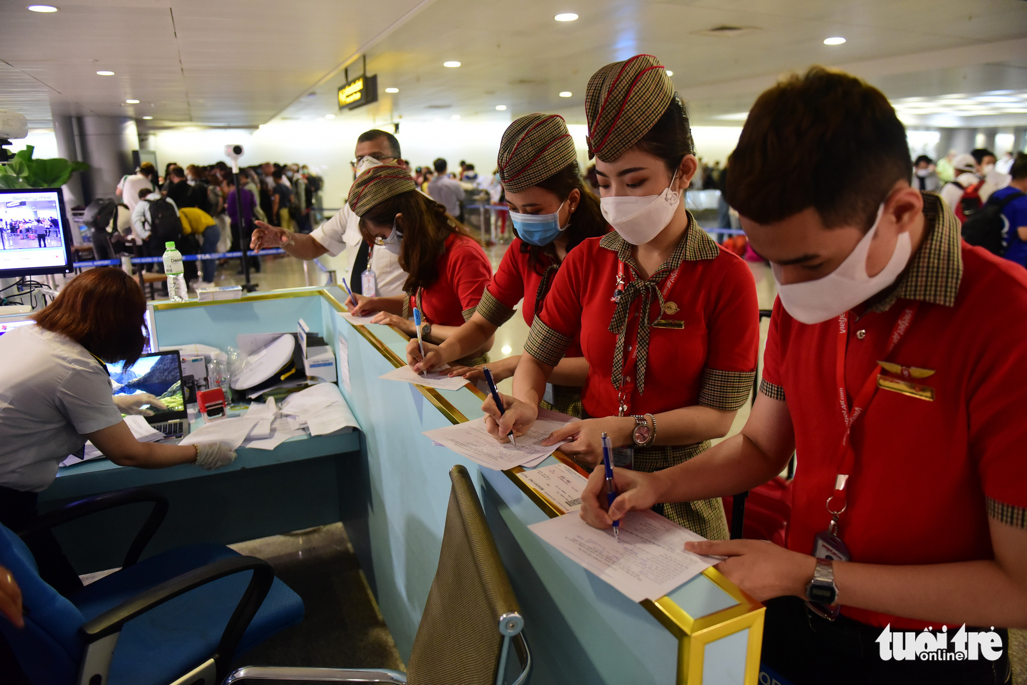 Health declaration requirement leads to endless lines at Ho Chi Minh City airport