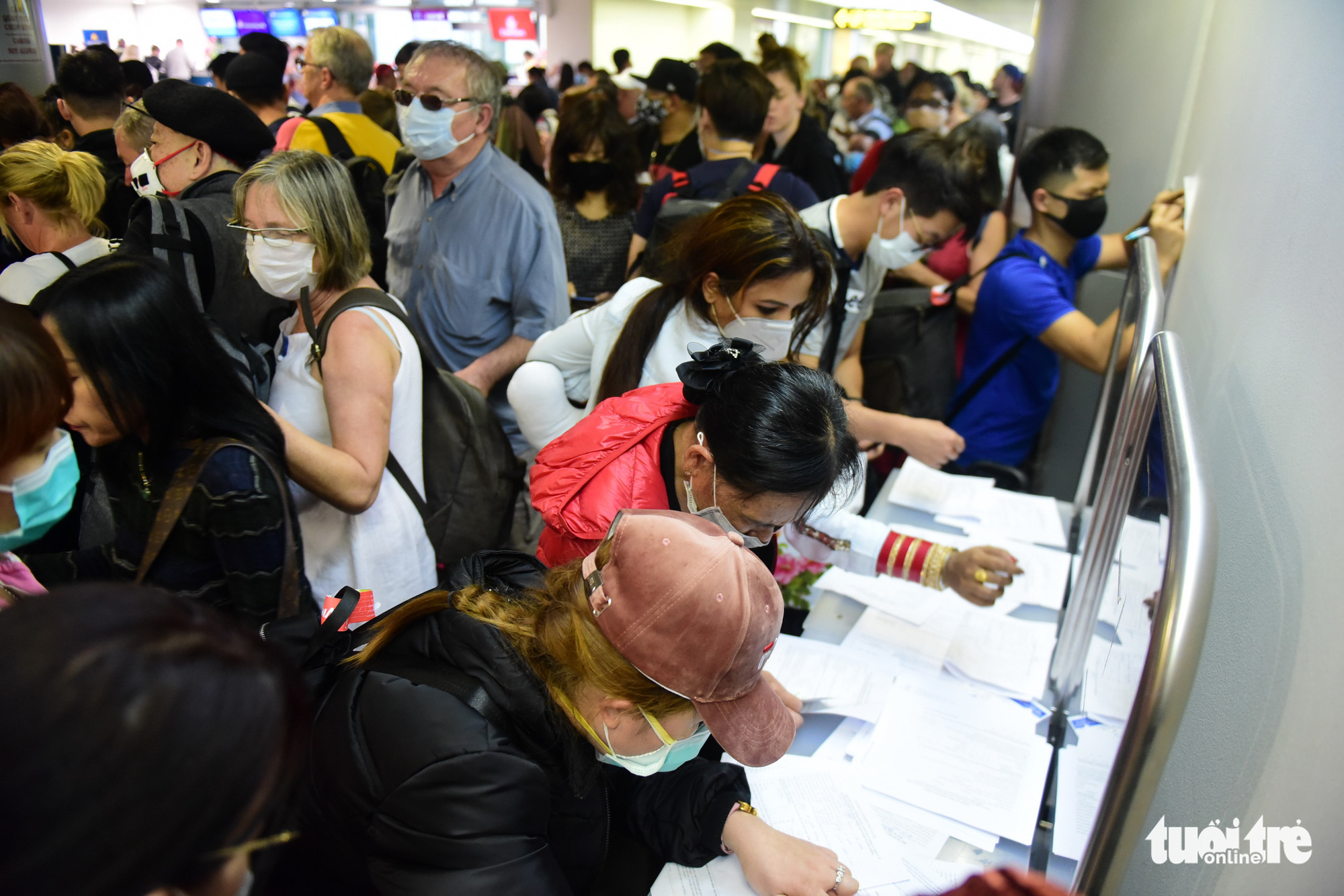 International arrivals fill out medical declaration forms at Tan Son Nhat International Airport in Ho Chi Minh City. Photo: Quang Dinh / Tuoi Tre