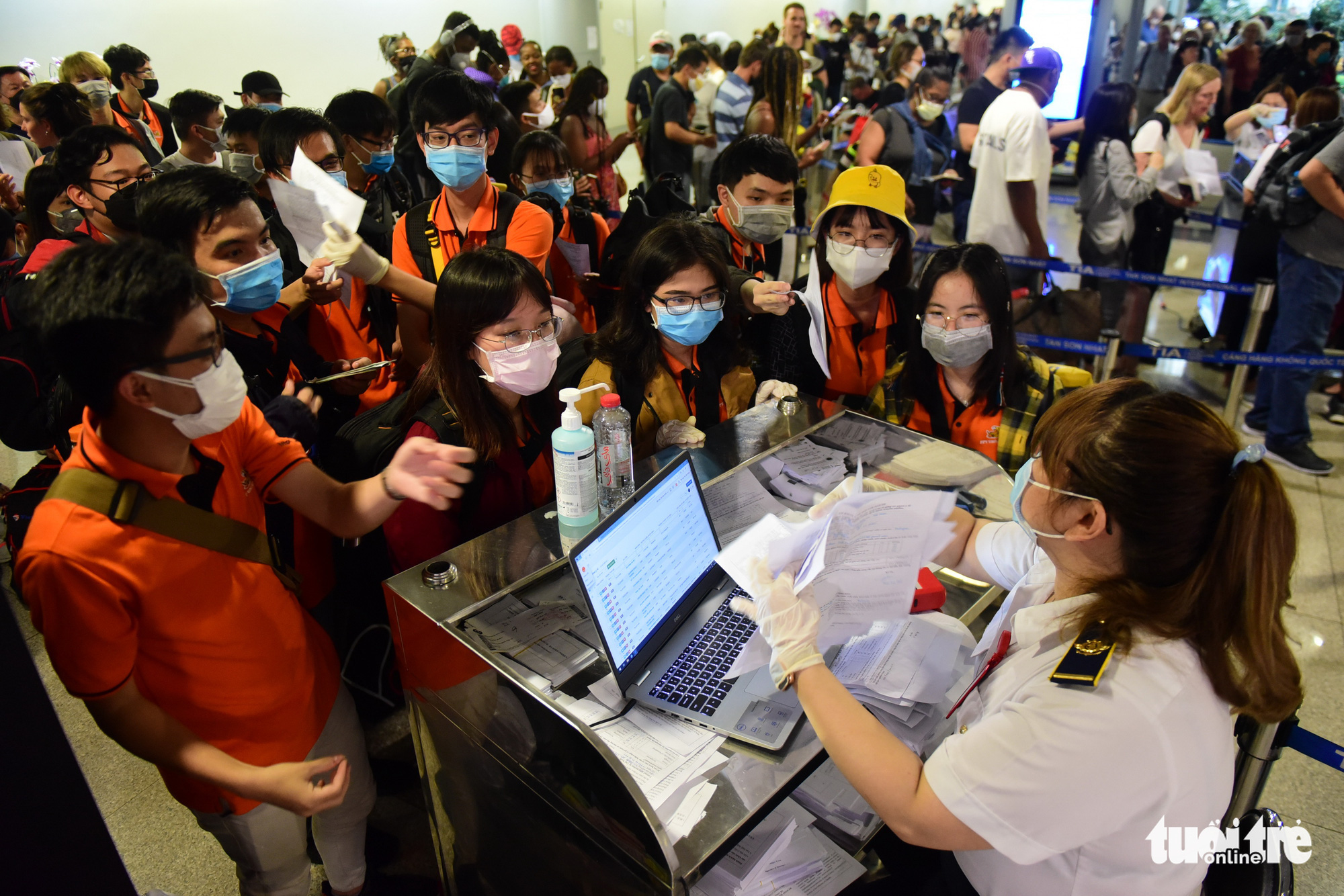 A group of FPT University students provide health declarations at Tan Son Nhat International Airport in Ho Chi Minh City. Photo: Quang Dinh / Tuoi Tre