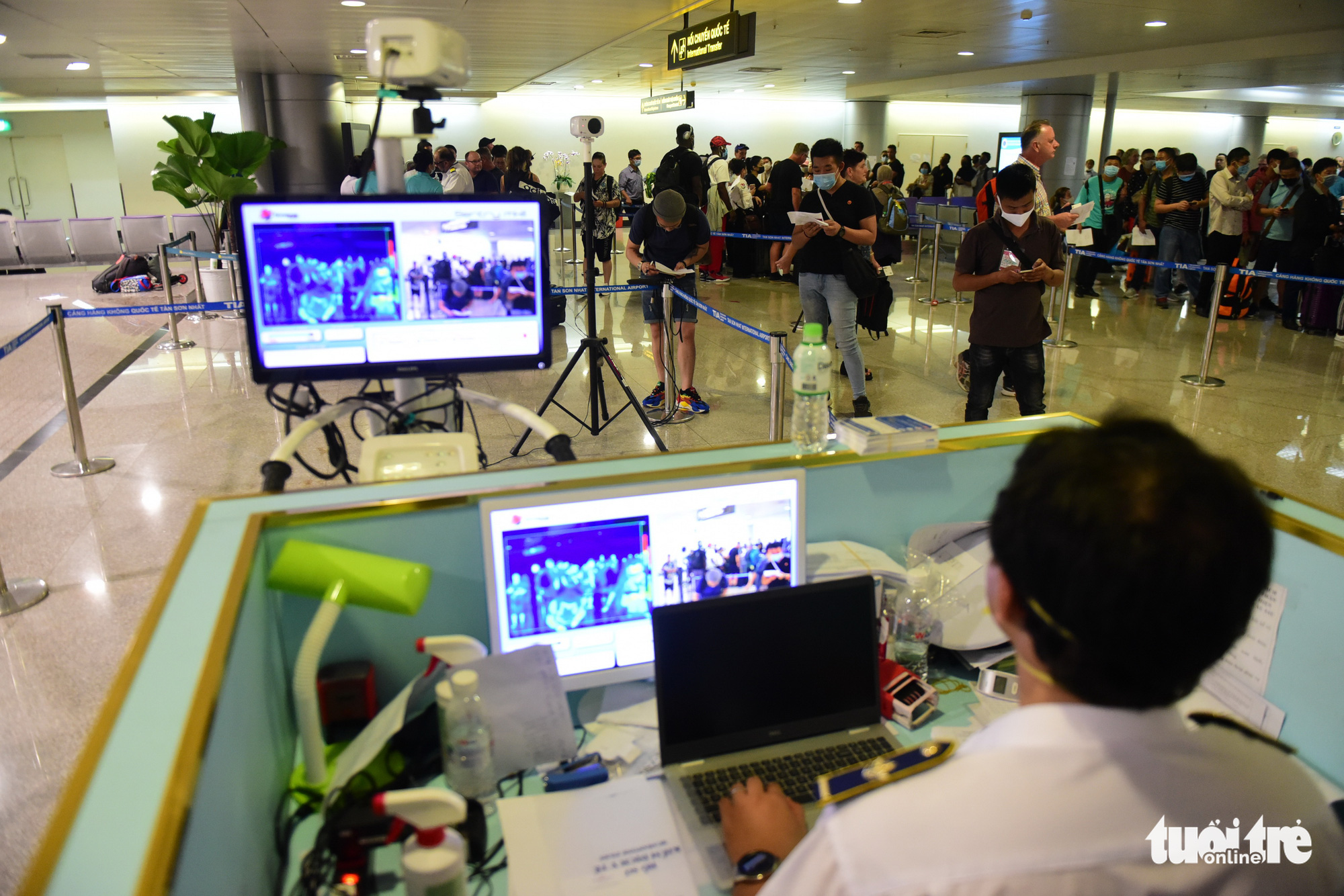 A quarantine officer monitors passengers' body temperatures at Tan Son Nhat International Airport in Ho Chi Minh City. Photo: Quang Dinh / Tuoi Tre