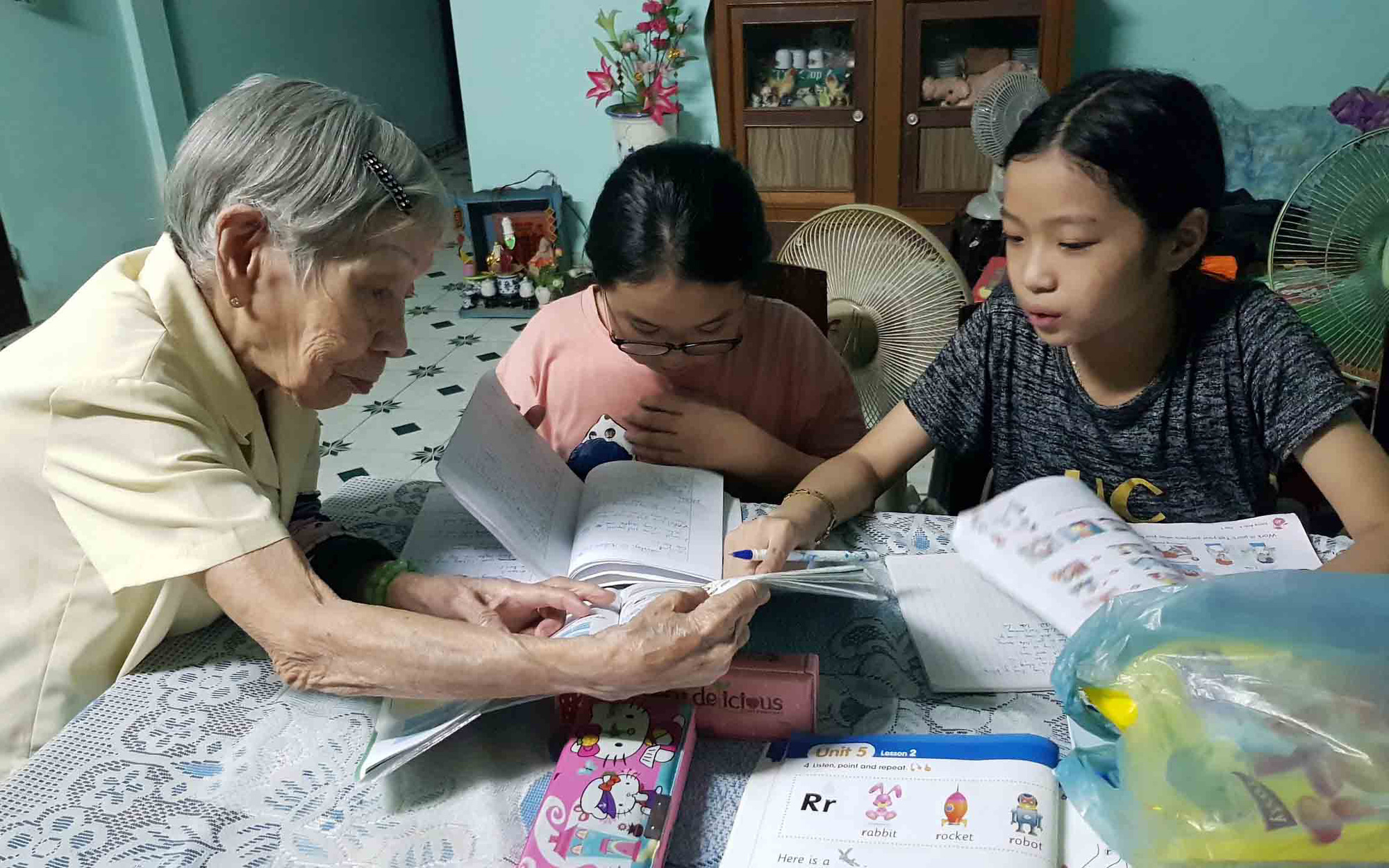 Nonagenarian teacher offers free tutoring, meals to needy students in central Vietnam