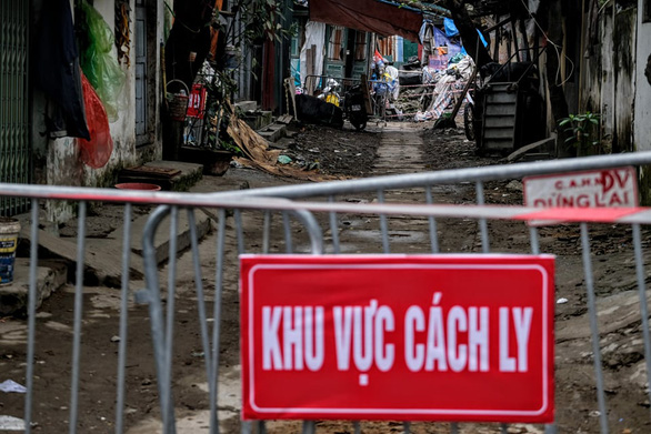 An alley is in lockdown in Cau Giay District, Hanoi after the city's fifth COVID-19 infection was confirmed there in March 2020. Photo: Nam Tran / Tuoi Tre