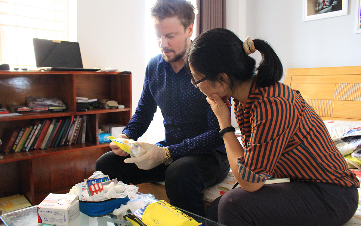 Ben Mawdsley discusses the contents of his first-aid kit with a Tuoi Tre journalist. Photo: Thanh Yen / Tuoi Tre