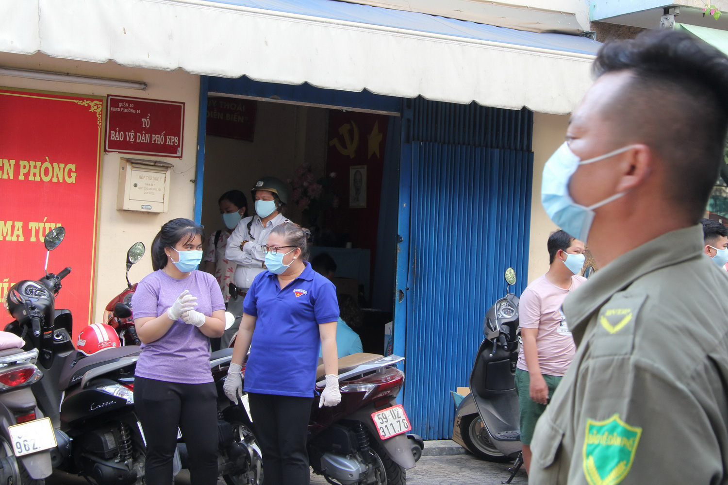 Residents of the apartment building are handed free face masks and hand sanitizers. Photo: Ly Nguyen / Tuoi Tre