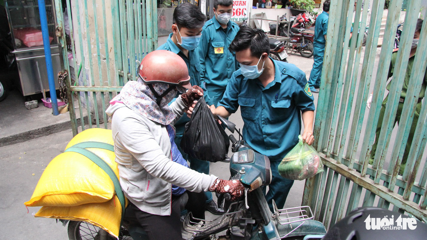 Food and supplies are transported to the apartment building. Photo: Ly Nguyen / Tuoi Tre