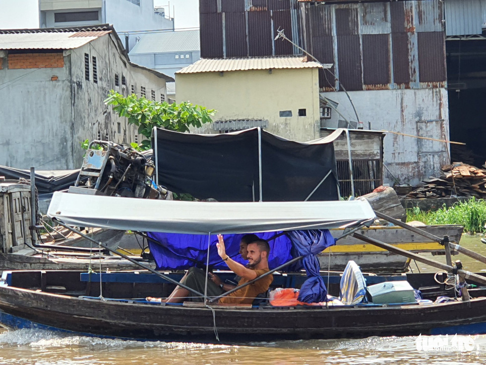 Two foreign tourists travel on a boat at the floating Cai Rang Market, located in the Mekong Delta city of Can Tho, Vietnam, March 16, 2020. Photo: Chi Quoc / Tuoi Tre