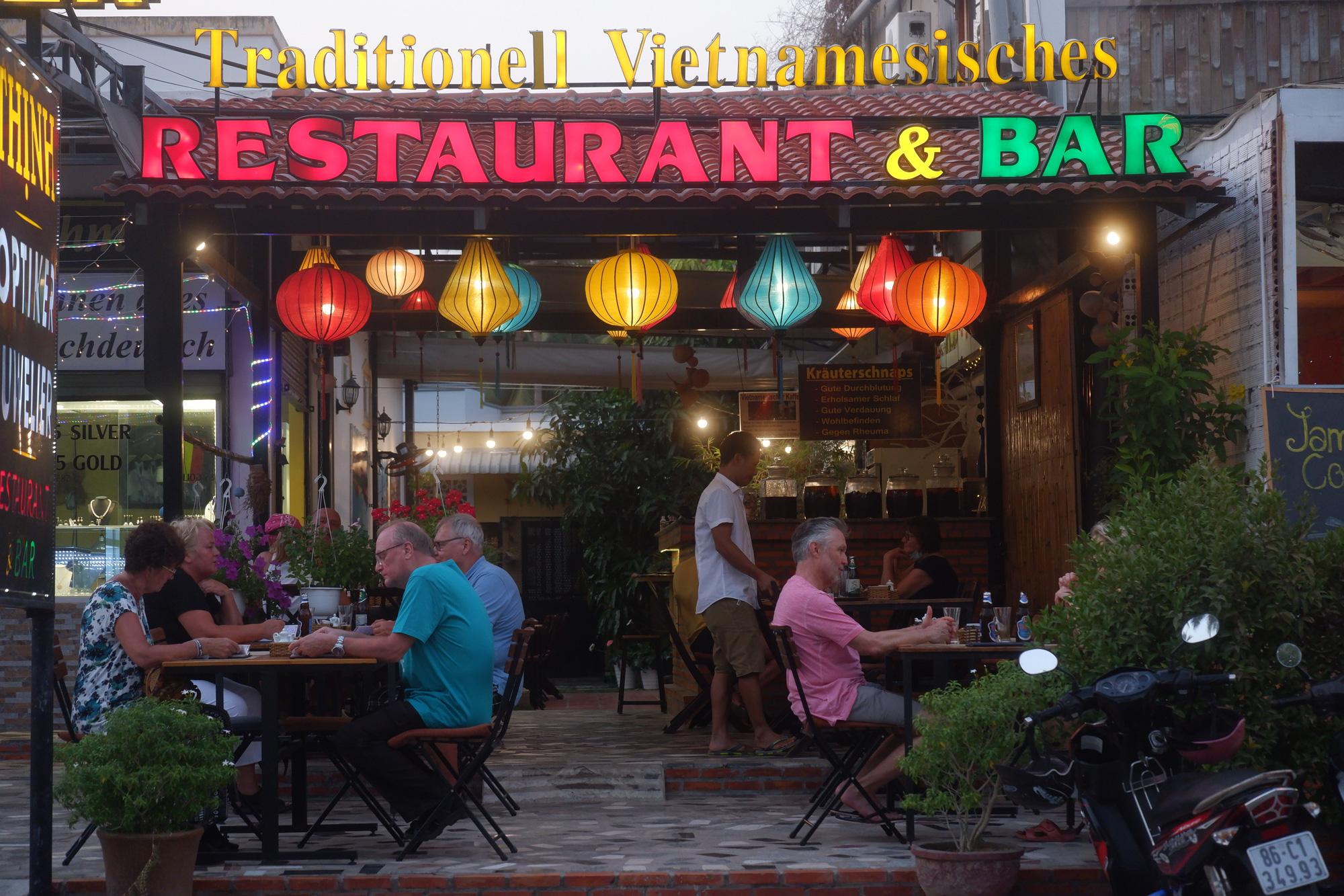 A still-open restaurant in Mui Ne, Binh Thuan Province, Vietnam, March 15, 2020. Photo: Son Lam / Tuoi Tre