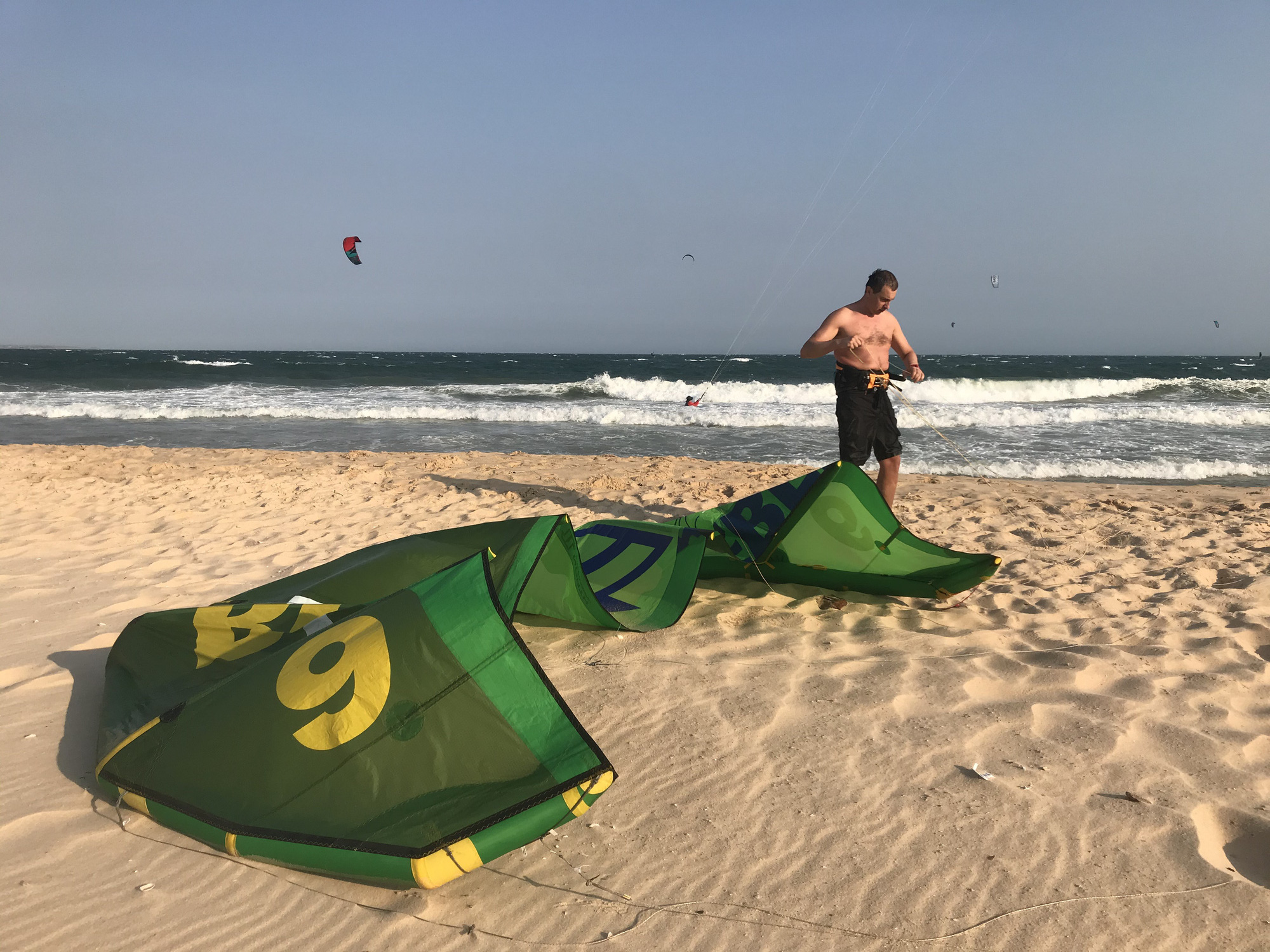 A Russian tourist gets ready for kite surfing at Mui Ne Beach in Binh Thuan Province, Vietnam, March 15, 2020. Photo: Son Lam / Tuoi Tre