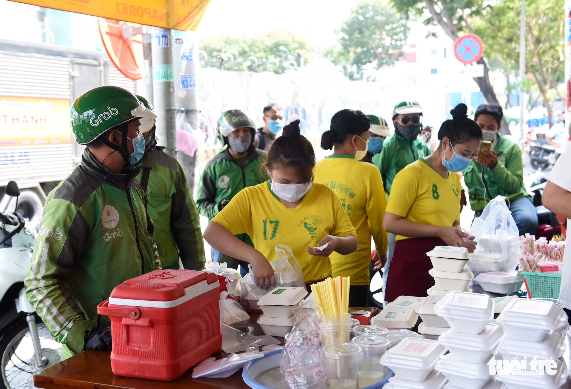 A takeaway food stall is packed with Grab delivery drivers in Ho Chi Minh City, Vietnam. Photo: Duyen Phan / Tuoi Tre