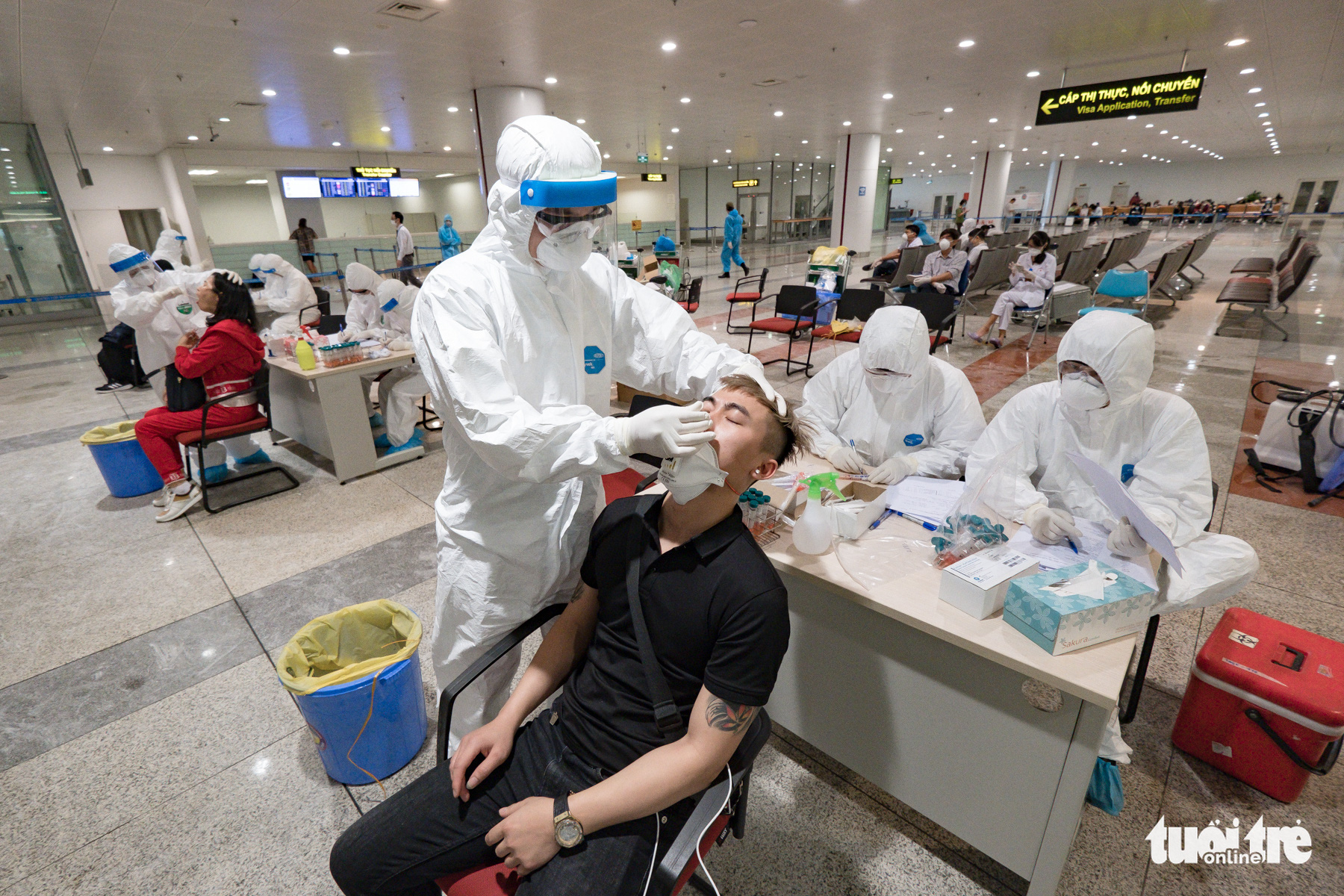 Health ministry scraps COVID-19 sampling at Hanoi airport over long waits