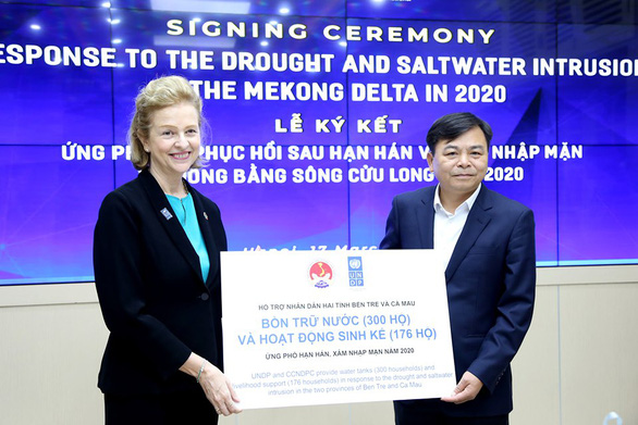 UNDP Resident Representative in Vietnam Caitlin Wiesen hands over Global Emergency Fund's aid to Deputy Minister of Agriculture and Rural Development Nguyen Hoang Hiep at a signing ceremony in Hanoi, Vietnam, March 17, 2020. Photo: Minh Phuc / Tuoi Tre