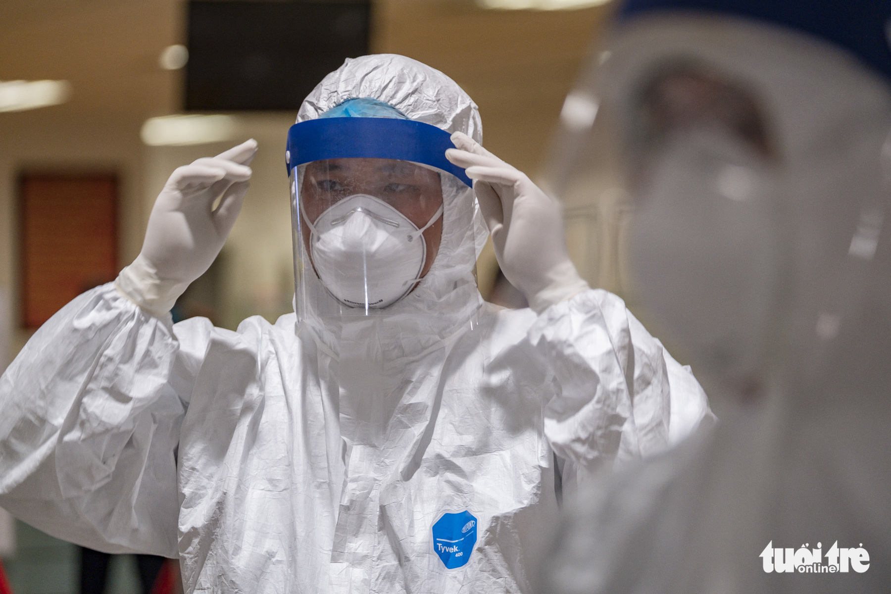 A health worker wears protective suit and gears while performing duty at Noi Bai International Airport in Hanoi, Vietnam, March 18, 2020. Photo: Nam Tran / Tuoi Tre