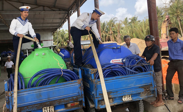 Naval soldiers pump fresh water from ships into water tanks for local use in Mo Cay Nam District, Ben Tre Province, March 18, 2020. Photo: Vo Minh Thang / Tuoi Tre