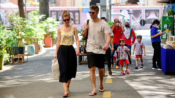 Foreigners' disdain for face masks worries Vietnamese