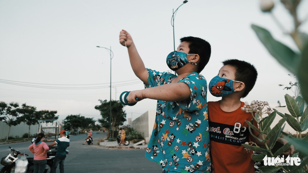 Mask-clad Saigon kids enjoy kite-flying in times of COVID-19