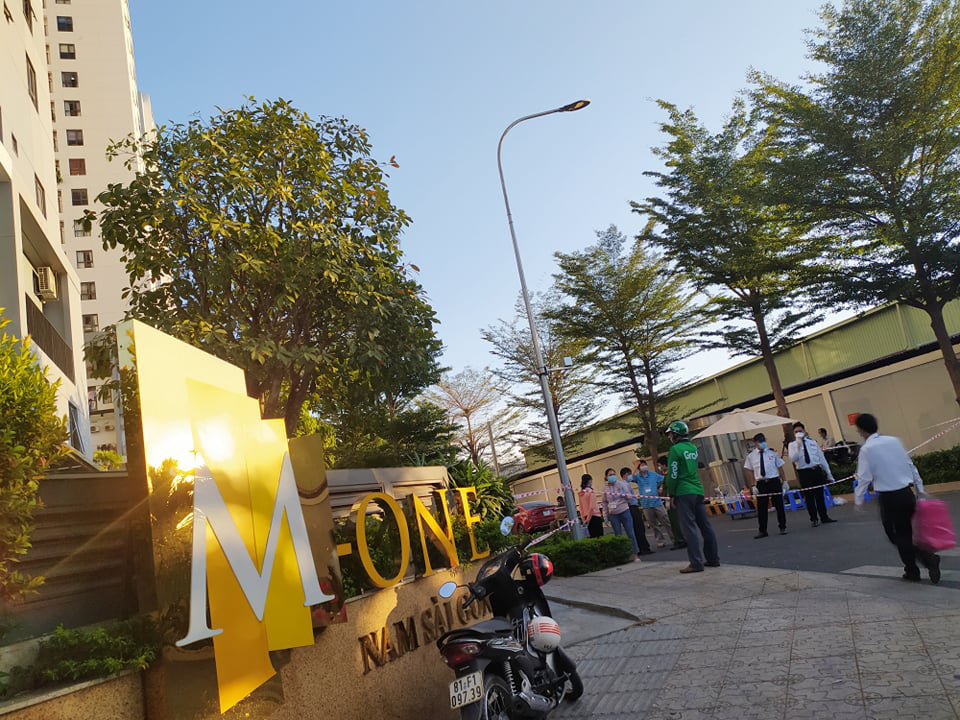 The M-One Saigon South condominium in Tan Kieng Ward, District 7, Ho Chi Minh City is on lockdown on March 19, 2020. Photo: Hoang An / Tuoi Tre