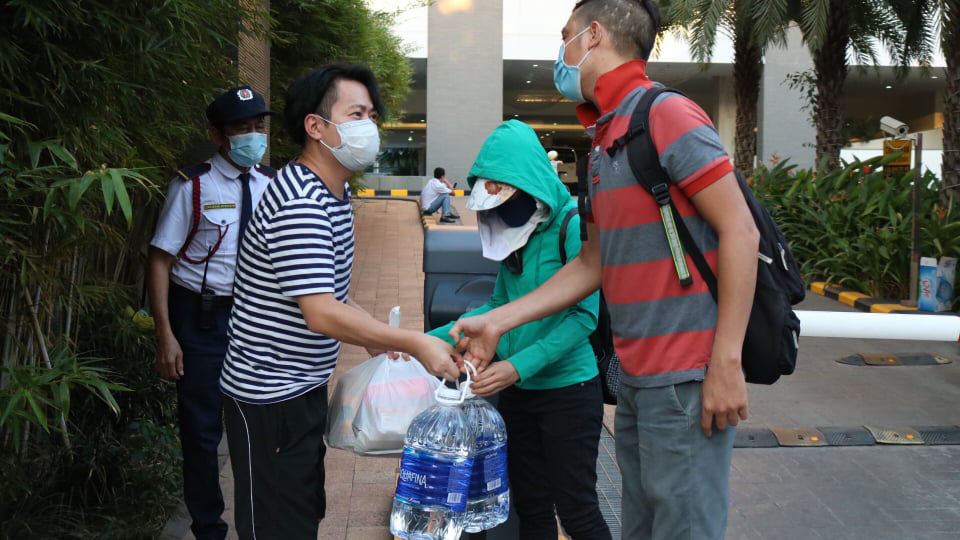 Residents at The Ascent condominium in Thao Dien Ward, District 2, Ho Chi Minh City receive food and water from the outside during a lockdown on March 19, 2020. Photo: Hoang An / Tuoi Tre