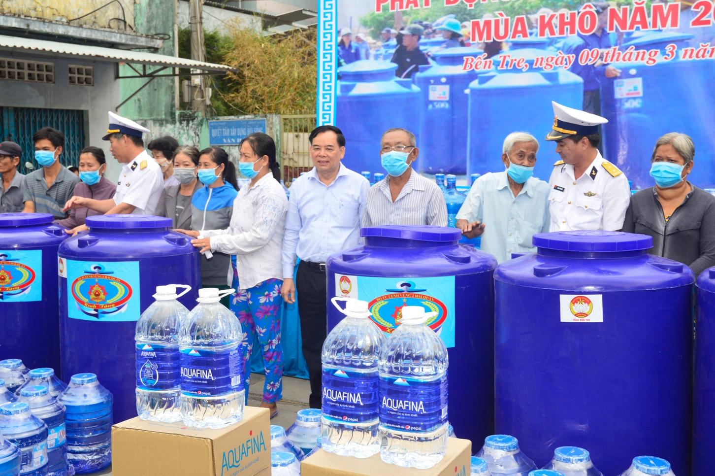Suntory PepsiCo Vietnam donates 40,000 liters of bottled water to drought-struck Mekong Delta province